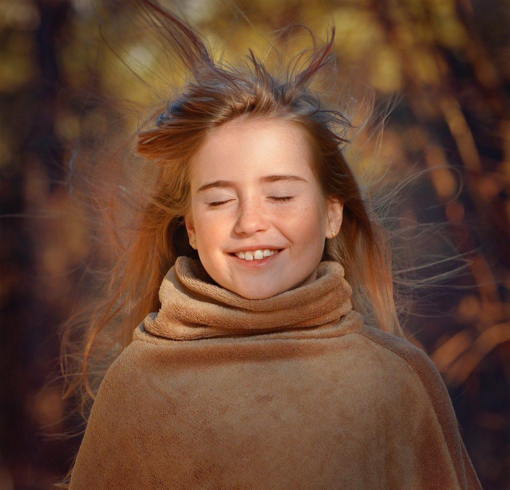 風に吹かれる少女