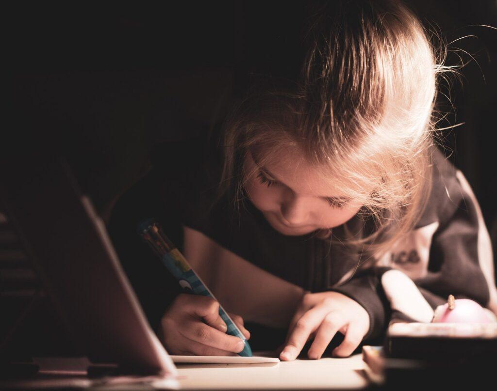 物語を書く子供